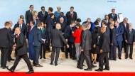 Die neue Unübersichtlichkeit: Die Gipfelteilnehmer gruppieren sich zum sogenannten Familienfoto.