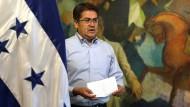 Juan Orlando Hernández kurz vor dem Verlesen einer Erklärung nach der Verurteilung seines Bruder