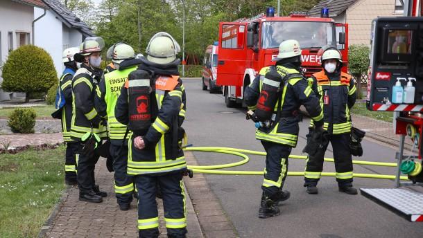 Auto erfasst Fußgänger auf Bundesstraße – Schwerverletzter auf Straße gefunden