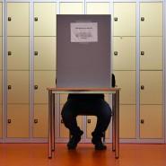 Ein Wähler gibt seine Stimme zur Bundestagswahl 2017 ab.