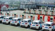 Auf dem Dach eines Parkhauses: eine Elektrotankstelle im Chaoyang-Distrikt in Peking