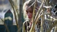 Julia (Lisa Maria Potthoff) hält sich offiziell in einem Wellness-Hotel auf, tatsächlich jedoch wird sie als Geisel gefangen gehalten.