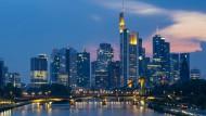 Sündenpfuhl oder Voraussetzung für Wachstum und Wohlstand: Die Türme der großen Bankhäuser – den Kreditgebern der Neuzeit – in Frankfurt.