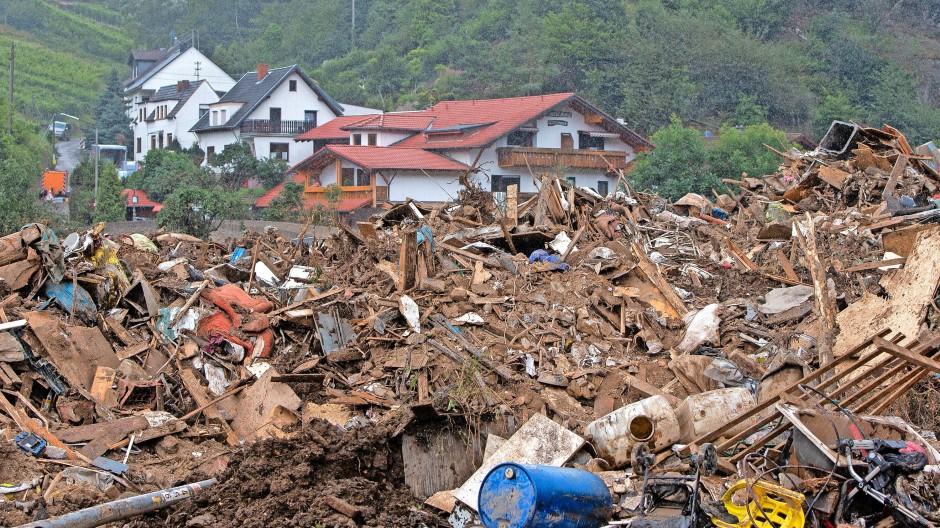 Nach der Hochwasserkatastrophe stapeln sich Schutt und Abfall im rheinland-pfälzischen Ahrtal. Der wird bald weg sein – aber Schäden werden bleiben.