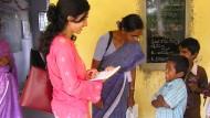 Payal Arora während eines Interviews mit Kindern in Indien