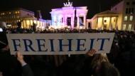"""Nach den Anschlägen von Paris versammeln sich tausende Menschen zu einer Mahnwache für ein """"weltoffenes und tolerantes Deutschland und für Meinungs- und Religionsfreiheit"""" am Brandenburger Tor in Berlin."""
