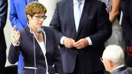 Annegret Kramp-Karrenbauer bei ihrer Vereidigung zur Verteidigungsministerin im Paul-Löbe-Haus des Deutschen Bundestags am 24. Juni 2019