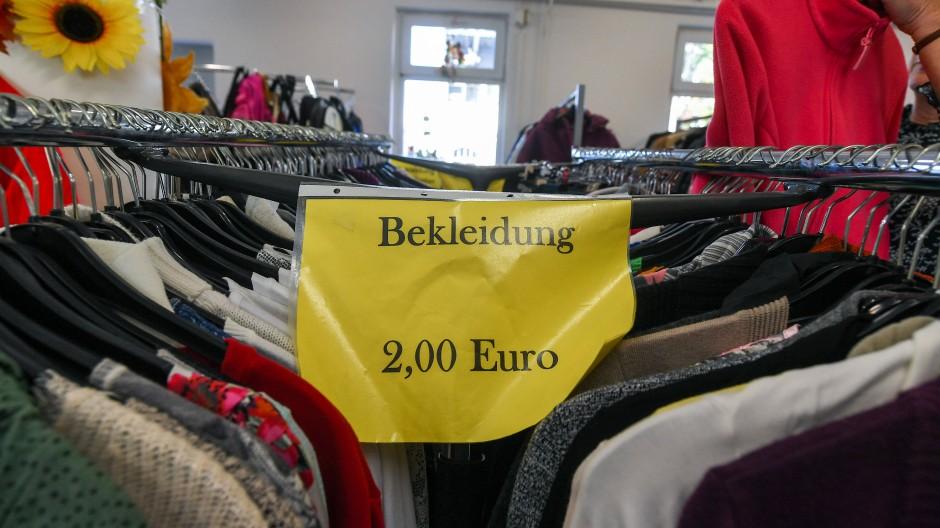 Kleidung für die kalte Jahreszeit: In der Bekleidungsabteilung des Sozialen Kaufhauses in Dresden gibt es die zum kleinen Preis.