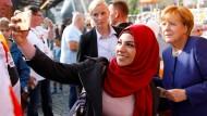 Ein Selfie mit der Kanzlerin: Die aus Damaskus geflohene Ghalia Badr fotografiert sich mit Angela Merkel bei einem Wahlkampfauftritt in Stralsund