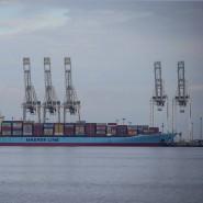 Schlepper bringen das Containerschiff Anna Maersk beladen mit kanadischem Müll in den Hafen von Vancouver.