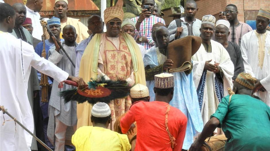 Gelebte Tradition: Die Notabeln und der Hofstaat von Sultan Ibrahim Mbombo Njoya (Mitte) schreiten zur Freitagspredigt in Foumban.