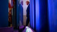 Präsident Trump auf dem Weg ins Pressezentrum vor seiner täglichen Pressekonferenz zum Coronavirus.