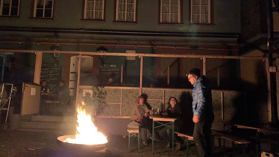 Mit Feuerschalen behalfen sich Wirte in der Höchster Altstadt während des Stromausfalls.