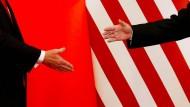 Reichen sie sich die Hände? Donald Trump (rechts) und Xi Jinping scheinen davon zur Zeit noch ein gutes Stück entfernt.