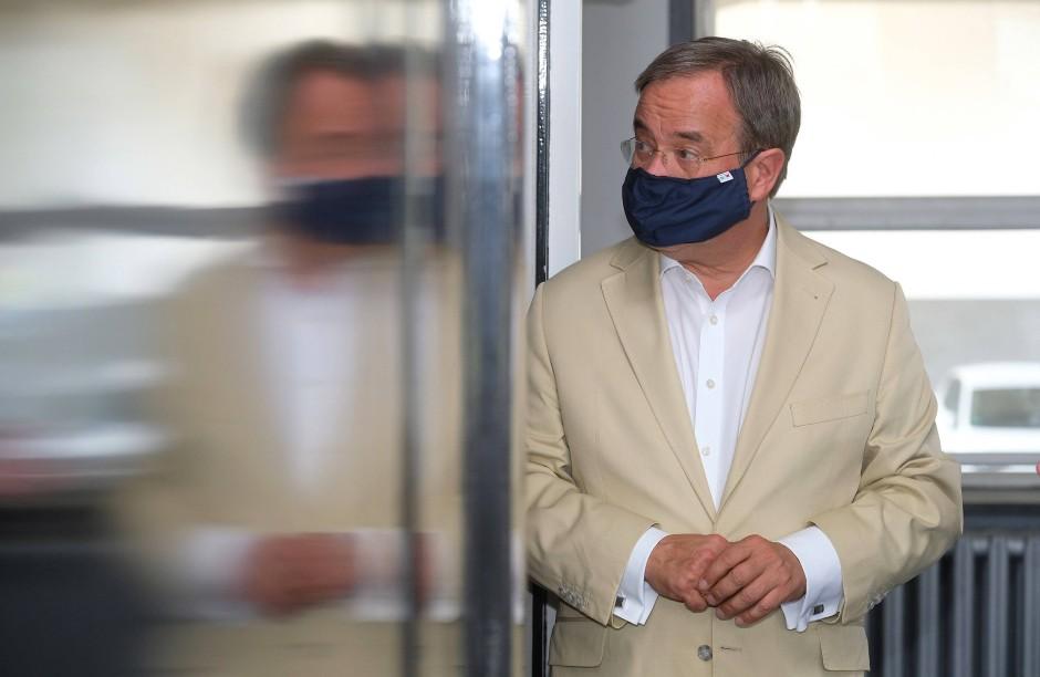 Wagt sich im Sommer auch mal an hellere Töne: Armin Laschet im August 2020 bei einem Termin im Dessau
