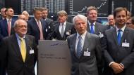 Aktuelle und ehemalige Vorstände deutscher Dax-Unternehmen feiern am 2. Juli 2018 30 Jahre Dax. 2018 konnten sich die Dax-Vorstandschefs über steigende Gesamtvergütungen freuen.