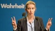 """Das Wort """"Wahrheit"""" im Hintergrund: AfD- Bundestagsfraktionsvorsitzende Alice Weidel"""