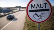 Ein Verkehrsschild weist die Autofahrer der Stadtautobahn Rostock auf die Mautpflicht für die Passage des Warnowtunnels hin.