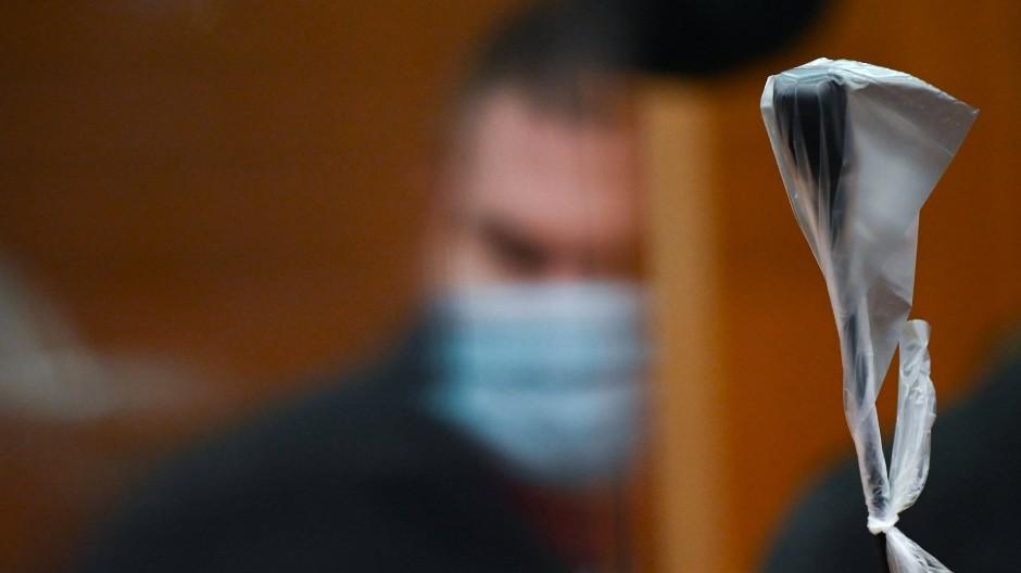 Der 38 Jahre alte Angeklagte, der seine Ehefrau getötet und ihre Leiche auf einer Mülldeponie entsorgt hat, im Gerichtssaal