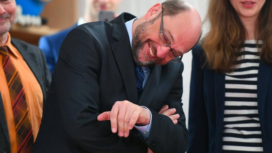 Auch Kanzlerkandidat Schulz macht mit Familienpolitik Wahlkampf – und winkt bei einem Termin in Brandenburg einem kleinen Kind zu.