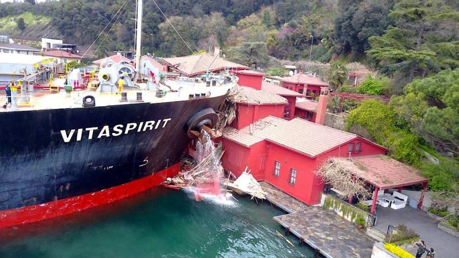 Ein Frachtschiff unter maltesischer Flagge krachte vor drei Jahren in eine Gebäudefront am Ufer der vielbefahrenen Wasserstraße des Bosporus.