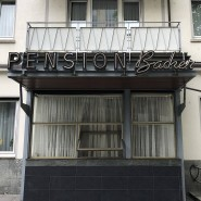Zimmer frei? Die Pension im Frankfurter Westend ist in den Sechzigern stehengeblieben, aber auch online buchbar.