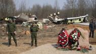 Am Absturzort: russische Soldaten im April 2010 vor dem Wrack