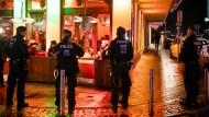 Polizisten sichern während einer Razzia von Zoll und Polizei im Januar eine Shisha-Bar in Bochum, Nordrhein-Westfalen.