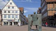 Es könnte so idyllisch sein: Der Marktplatz in Celle mit einer Bronzeplastik im Vorder- und einem Fischimbiss im Hintergrund