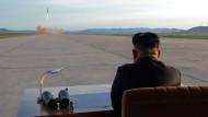 Archivbild von Nordkoreas Machthaber Kim Jong-un bei einem Raketentest