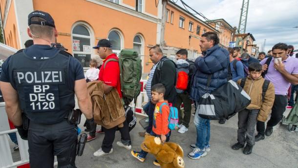 Erste Flüchtlinge überqueren slowenisch-österreichische Grenze