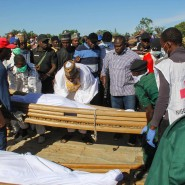 Beerdigung von Bauern, die bei dem Angriff nahe dem Dorf Koschobe im Nordosten Nigerias getötet wurden