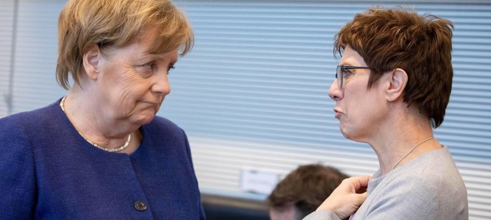 Annegret Kramp-Karrenbauer (r.) und Angela Merkel im Februar im Bundestag