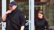 Kim Dotcom verlässt mit seiner Freundin Elizabeth Donelly den Obersten Gerichtshof in Auckland am Montag.