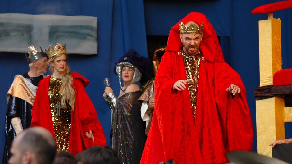 """Blutrote Berufskleidung enthüllt den Tyrannen: Unter der Regie von Rainer Pudenz brachte die Kammeroper Frankfurt 2016 Verdis Bearbeitung von Shakespeares """"Macbeth"""" heraus."""