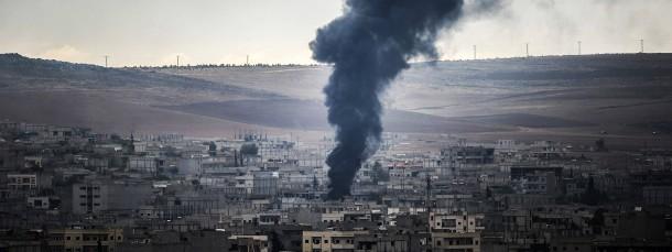 Rauch steigt am Sonntag über der syrischen Grenzstadt Kobane auf