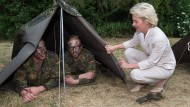Zwei Bundeswehrsoldaten präsentieren Verteidigungsministerin von der Leyen ihr Zelt (Archivbild).