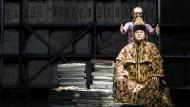 Zentnerlast: Der Gottesnarr (Spencer Lang) setzt Boris Godunow (Michael Volle) die Krone auf.