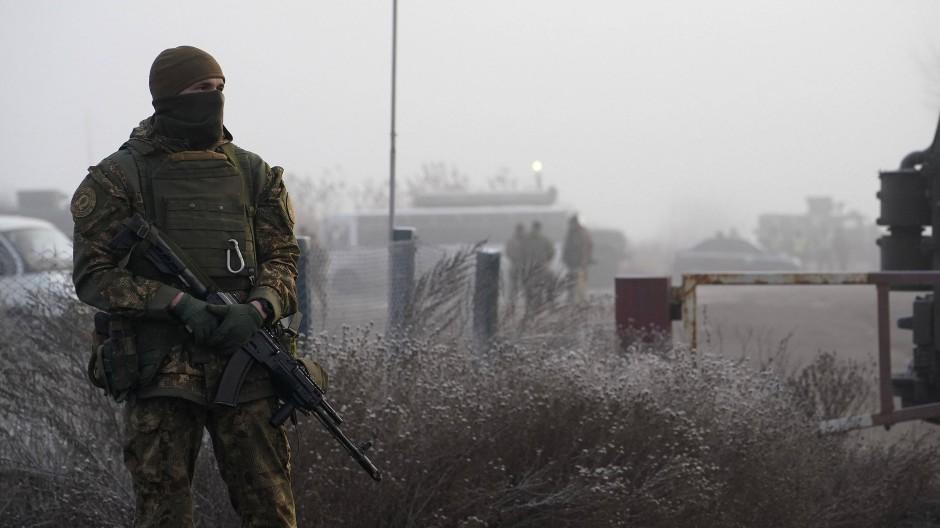Ein ukrainischer Soldat bewacht im Dezember 2019 während eines Gefangenenaustausches zwischen der Regierung in Kiew und den prorussischen Separatisten ein Gebiet in der Nähe von Odradiwka in der Ostukraine.