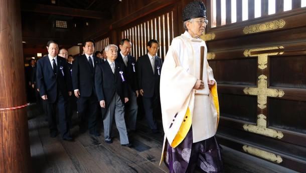 Parlamentarier besuchen den Yasukuni-Schrein in Tokio