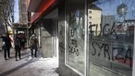 Unbekannte schlagen Fenster bei Sparkassen ein