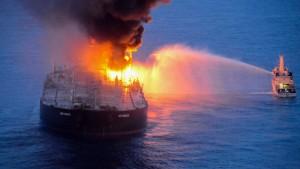 Brennender Supertanker im Indischen Ozean