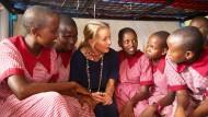 Zu Besuch in Kenia Mabel von Oranien-Nassau, die Schwägerin des niederländischen Königs Willem-Alexander, diskutiert mit Schülerinnen.