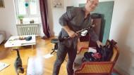 Am Waldrand: Jaan Bossier mit Katze und Klarinette in seinem Wohnzimmer.