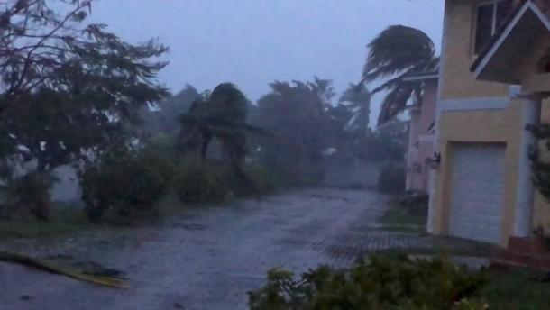 Hurrikan Dorian wütet über den Bahamas