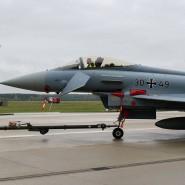 Ab in den Hangar: Ein Eurofighter des Taktischen Luftwaffengeschwaders 73 in Rostock-Laage auf dem Weg in die Instandhaltung