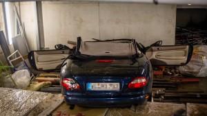 Autofahrer stürzt in Parkhaus ab und stirbt