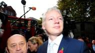 Julian Assange Anfang November 2011 bei seiner Ankunft vor einem Gericht in London