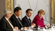 Jean-Claude Juncker (l-r), Präsident der Europäischen Kommission, Xi Jinping, Präsidenten von China, Emmanuel Macron, Präsident von Frankreich, und Bundeskanzlerin Angela Merkel (CDU) geben eine gemeinsame Pressekonferenz im Elysee-Palast.