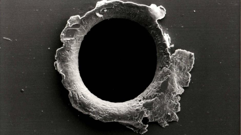 Volltreffer: Einschlagloch von Weltraum-Müll an einem Sonnenforschungssatelliten der Nasa